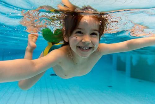Дети бассейн