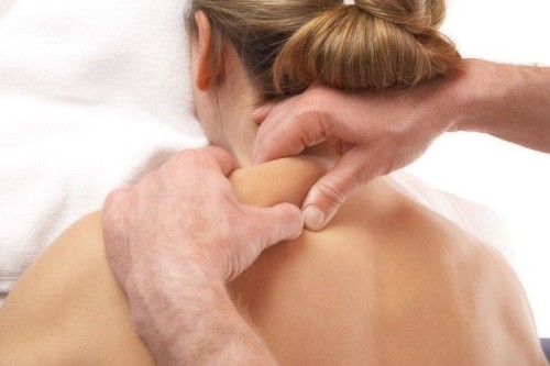Мануальная терапия поможет снять напряжение в мышцах шеи